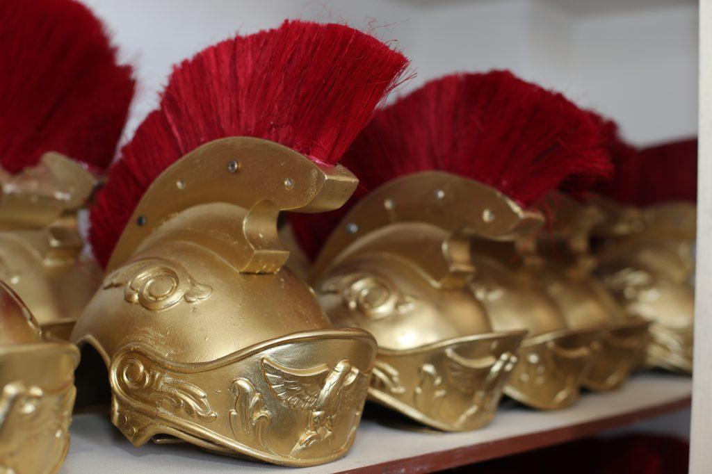 El trabajo más arduo es tratar de conservar la pintura dorada en buen estado y por ello los cascos, pecheras y muñequeras son minuciosamente observados