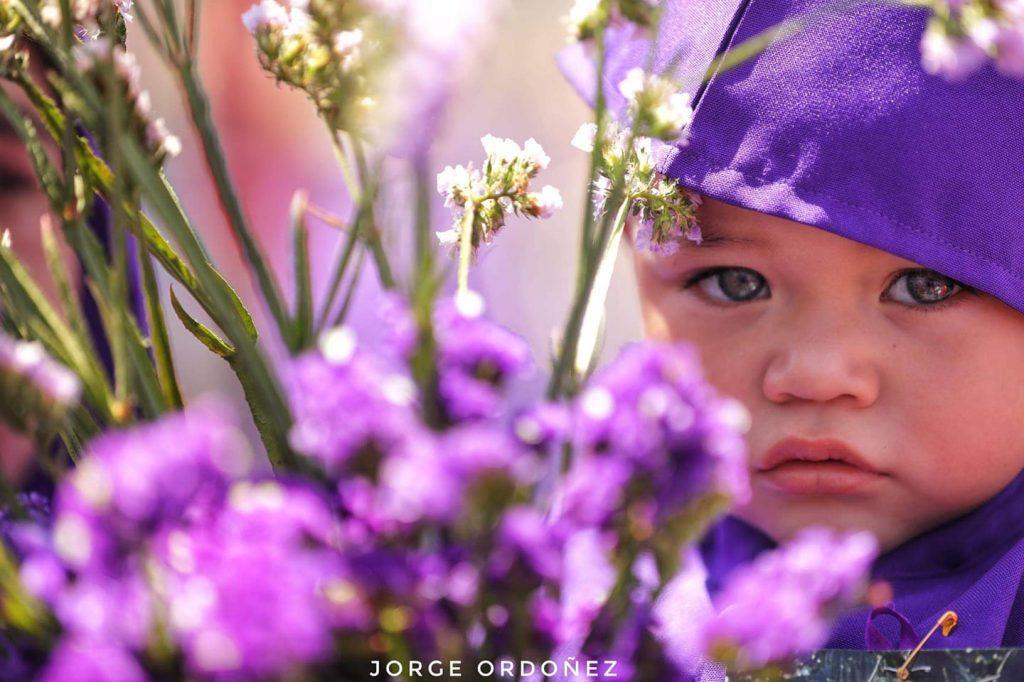 Una dulce mirada nos brinda un niño vestido de cucurucho. Foto Prensa Libre: Jorge Ordóñez