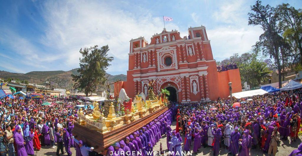 El cortejo dio inicio a las 11 de la mañana acompañado de cientos de devotos con túnicas moradas. Foto Prensa Libre: Jurgen Wellmann