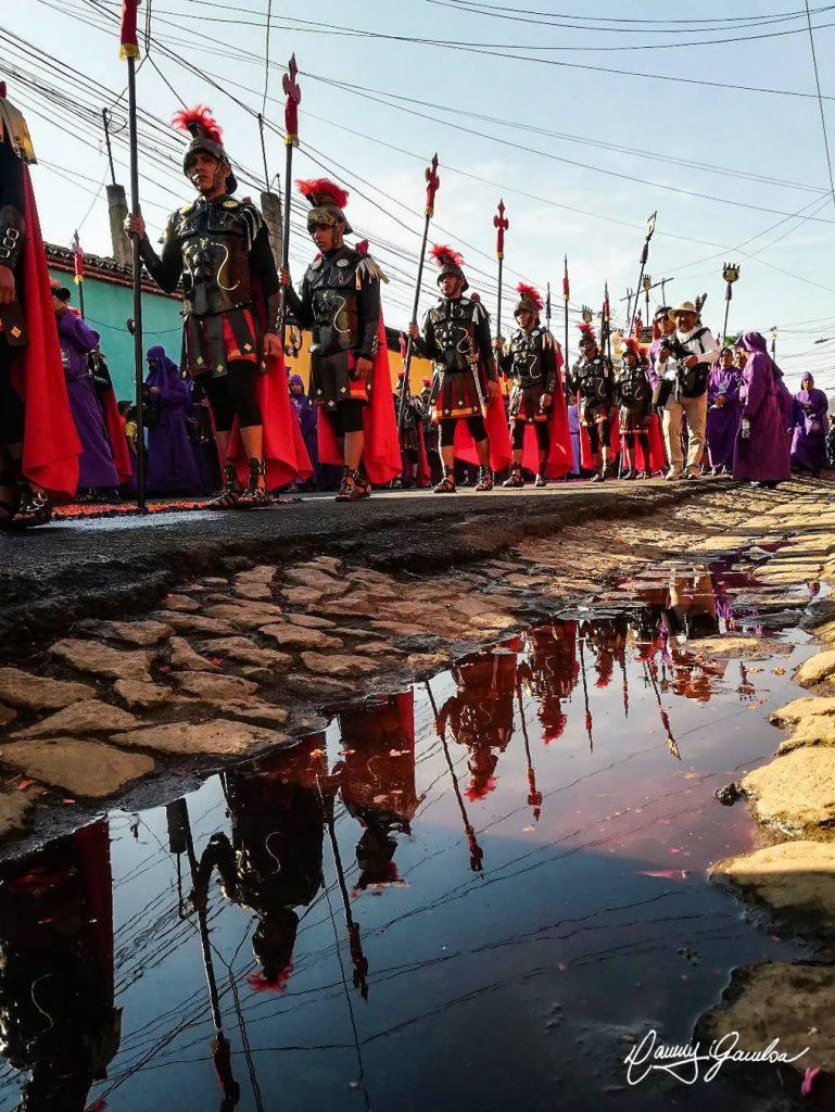 Las calles empedradas de Sacatepéquez son el marco perfecto para los cortejos de Cuaresma y Semana Santa. Foto Prensa Libre: Danny Gamboa