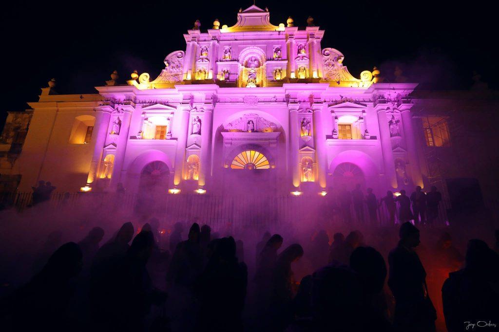 La Catedral de Antigua Guatemala lució de color morado durante el paso del Dulce Rabí. Foto Prensa Libre: Jorge Ordóñez