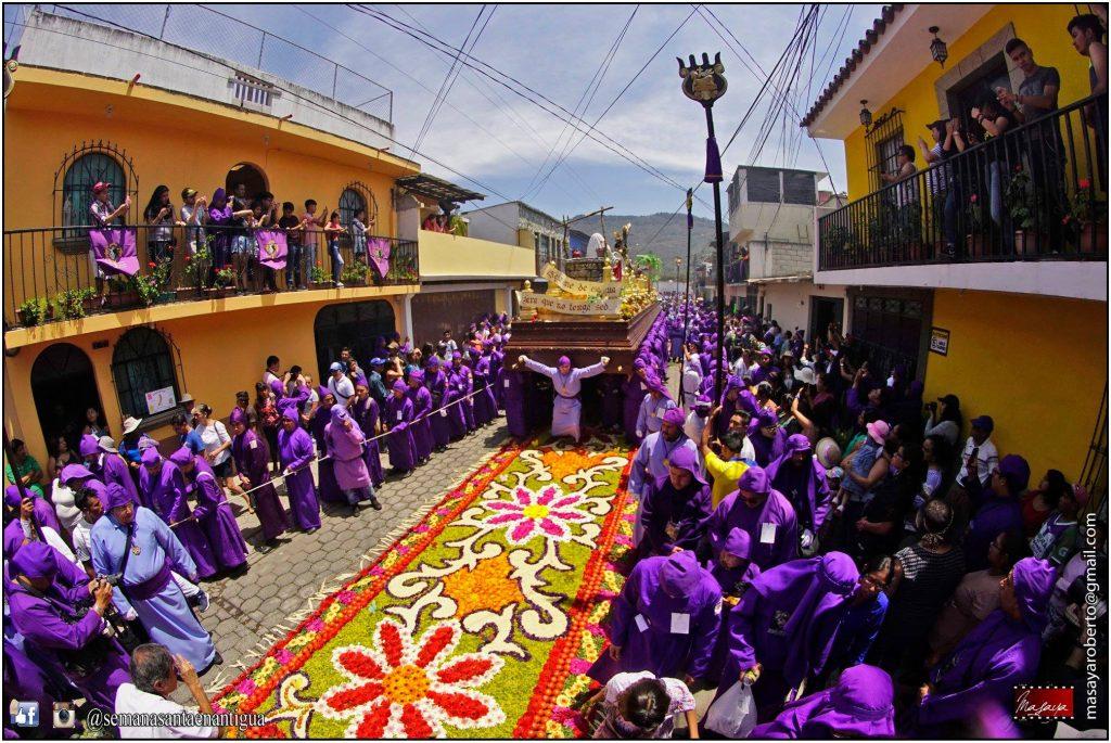 Las calles del municipio de Jocotenango, Sacatepéquez, fueron adornadas con alfombras de aserrín. Foto Prensa Libre: Roberto Masaya