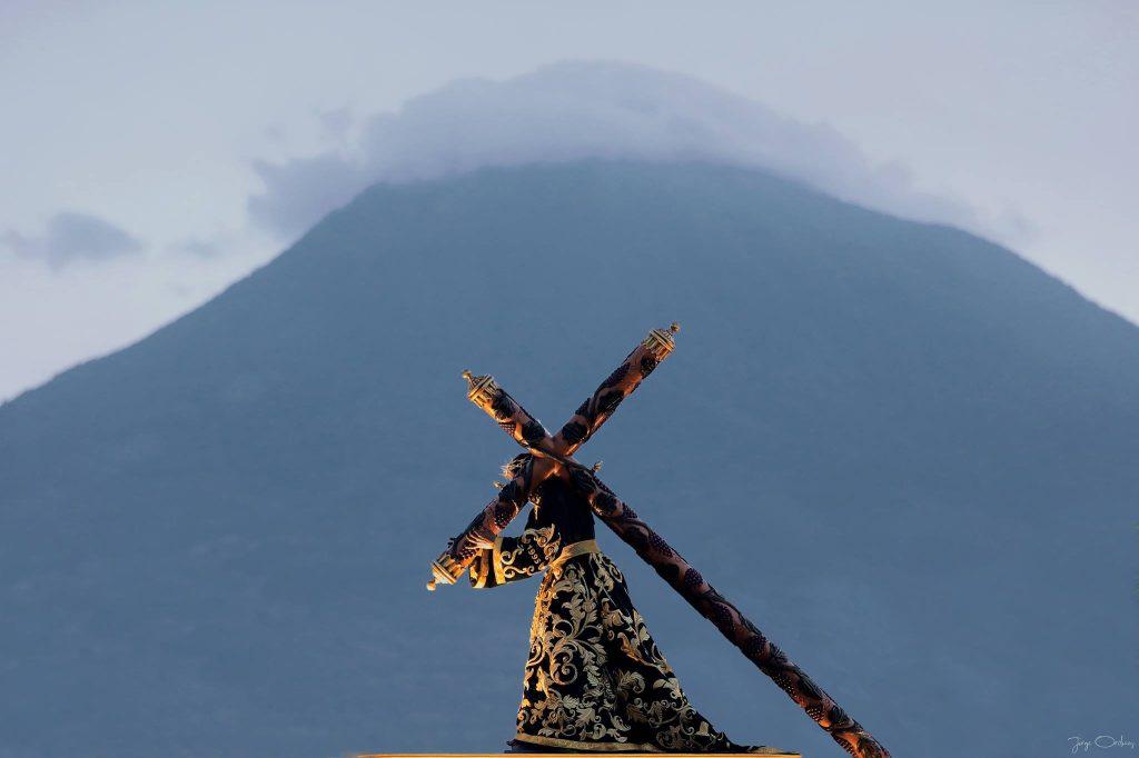 El fondo de los volcanes es un detalle infaltable en los cortejos de Antigua Guatemala. Foto Prensa Libre: Jorge Ordóñez