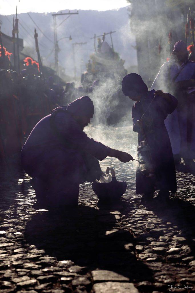 Una persona muestra a un niño como incensarear durante el cortejo. Foto Prensa Libre: Jorge Ordóñez