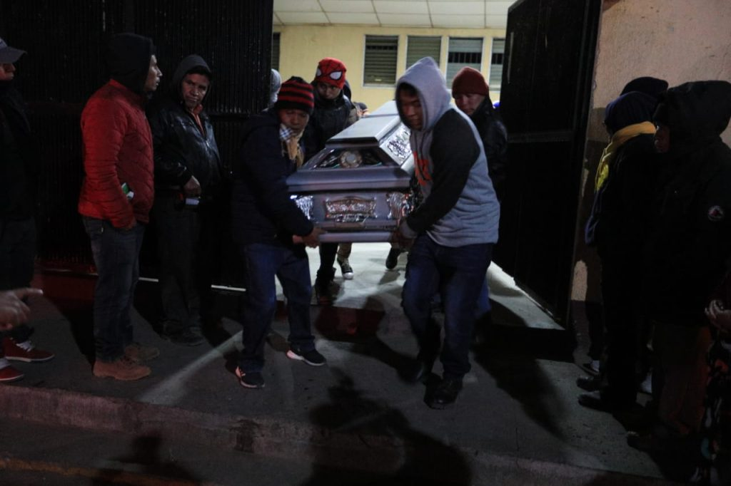 Los vecinos se han unido en el lugar para ayudar a llevar los cuerpos a sus hogares. Foto Prensa Libre: Carlos Hernández Ovalle
