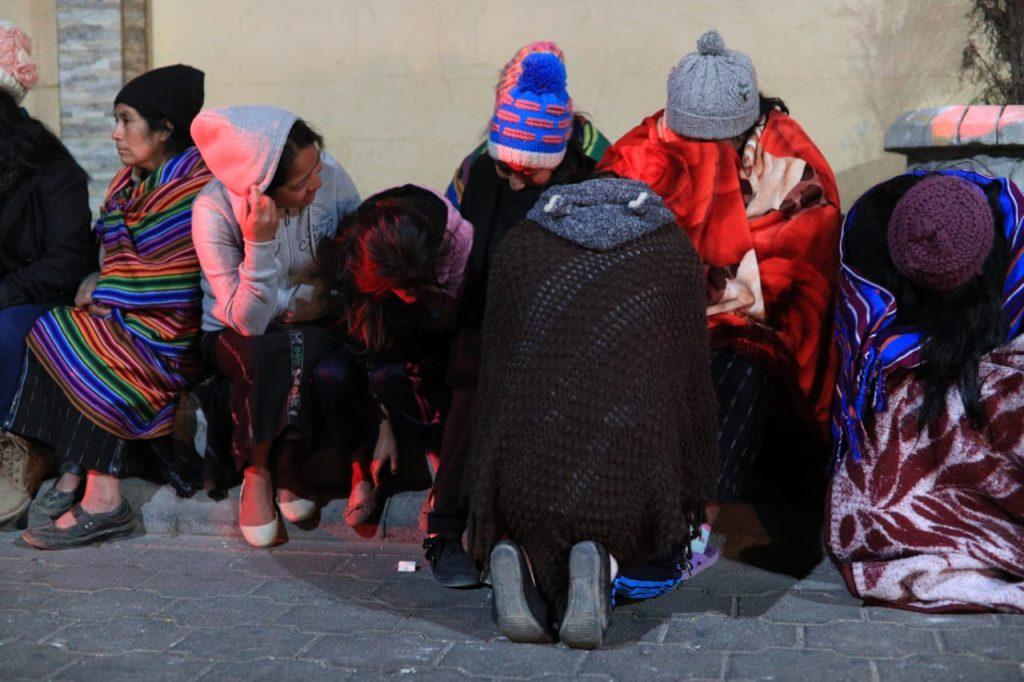 Varias personas esperaban afuera de la morgue improvisada y otras permanecen fuera de hospitales para obtener noticias de sus familiares. Foto Prensa Libre: Carlos Hernández Ovalle