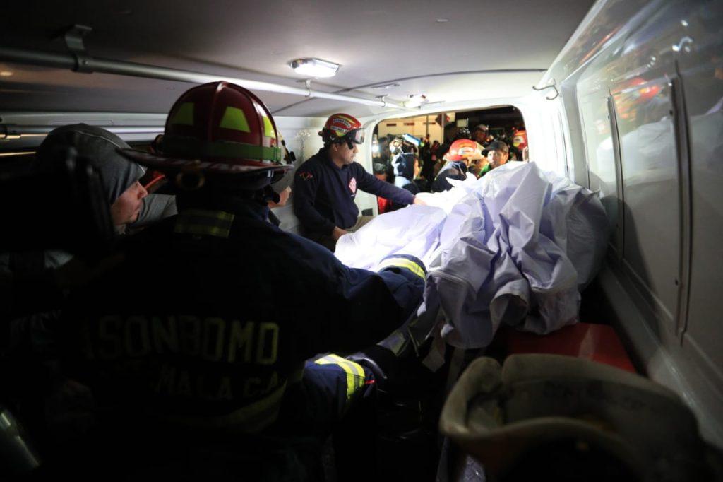 En ambulancias de los cuerpos de socorro fueron trasladados los cuerpos hacia la morgue improvisada en Nahualá, Sololá. Foto Prensa Libre: Carlos Hernández Ovalle