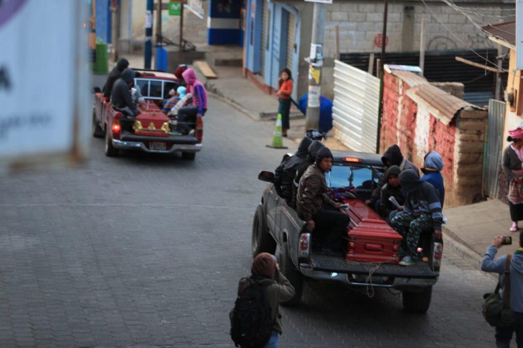 Esta mañana y madrugada se llegaba a traer a los últimos cuerpos que permanecían en una morgue improvisada. Foto Prensa Libre: Carlos Hernández Ovalle