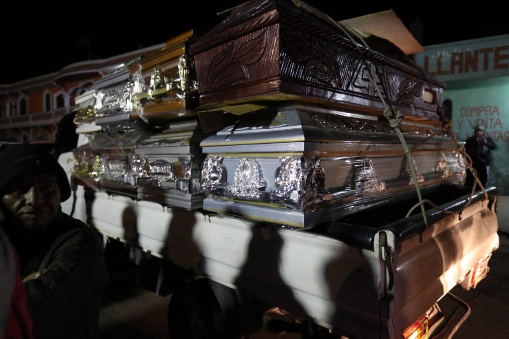 Desde las cinco de la mañana de este jueves, los cuerpos de las víctimas identificadas por las autoridades fueron entregados a sus familiares en el salón comunal de Nahualá. Foto Prensa Libre: Carlos Hernández Ovalle