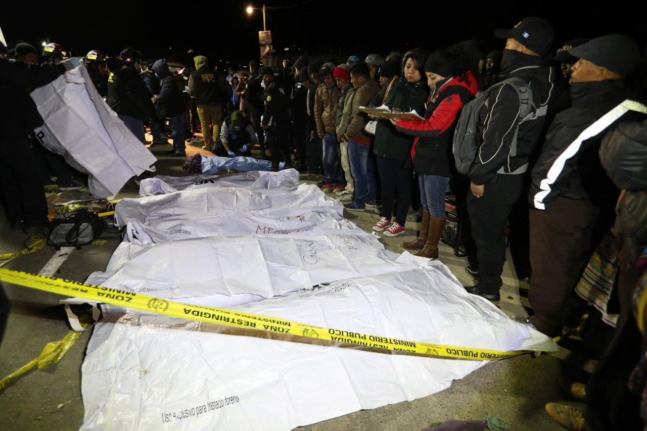Familiares lamentan la muerte de sus seres queridos en la tragedia de Nahualá. (Foto Prensa Libre: Carlos Hernández Ovalle)