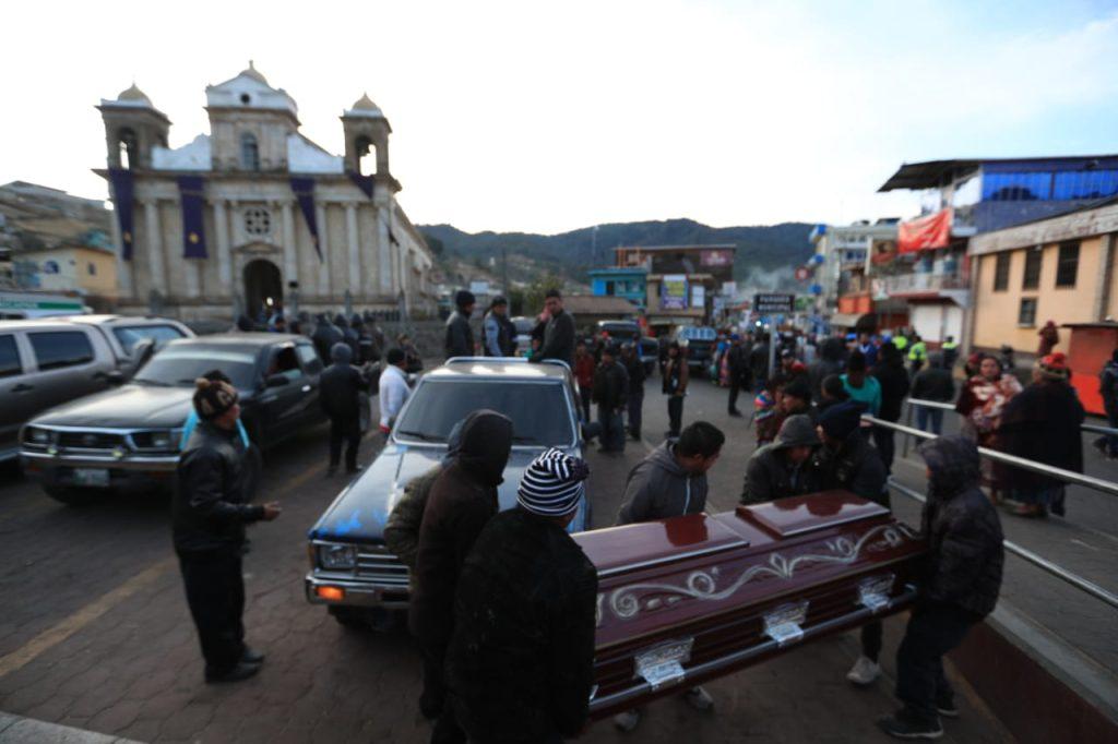 """De acuerdo a comentarios de algunos pobladores, anoche, antes de que llegaran las autoridades, varios pobladores se habrían llevado los cuerpos de sus parientes fallecidos (cerca de 12), pues consideran que las necropsias solo son """"pérdida de tiempo"""". Foto Prensa Libre: Carlos Hernández Ovalle"""