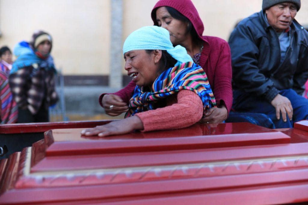 La noche del miércoles 27 de marzo un camión embistió a una multitud en el kilómetro 158 de la ruta Interamericana. Foto Prensa Libre: Carlos Hernández Ovalle