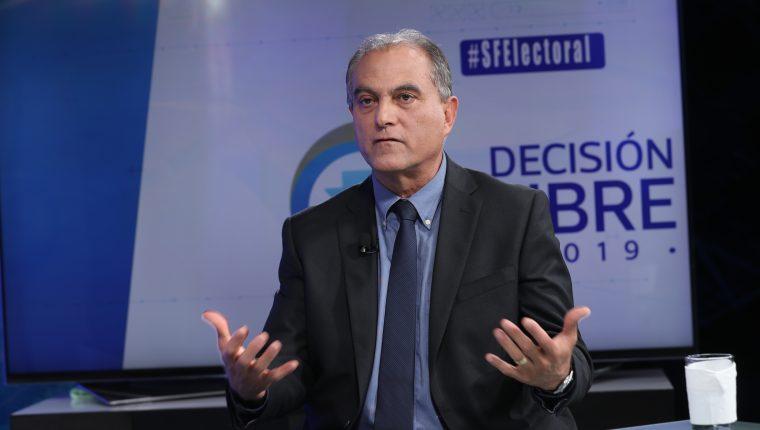 Manuel Villacorta, candidato presidencial de Winaq, en entrevista con periodistas de Prensa Libre y Guatevisión. (Foto Prensa Libre: Érick Ávila)