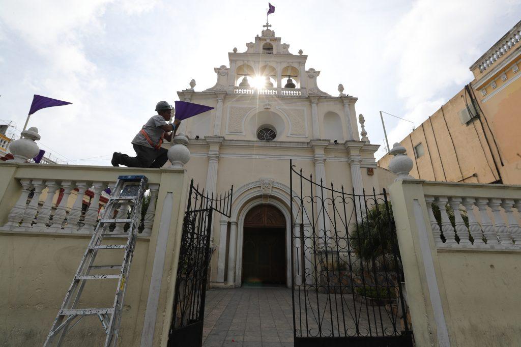 Banderolas moradas adornan el ingreso al templo en la 9na. Avenida y 14 calle, zona 1. Foto Prensa Libre: Óscar Rivas