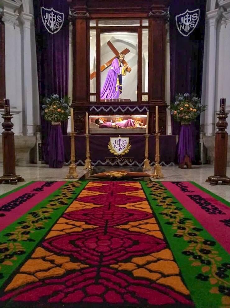 En la iglesia La Recolección también se realizó una alfombra en donde se encuentran Jesús del Consuelo y el Señor Sepultado. Foto Prensa Libre: Semilla Recoleta