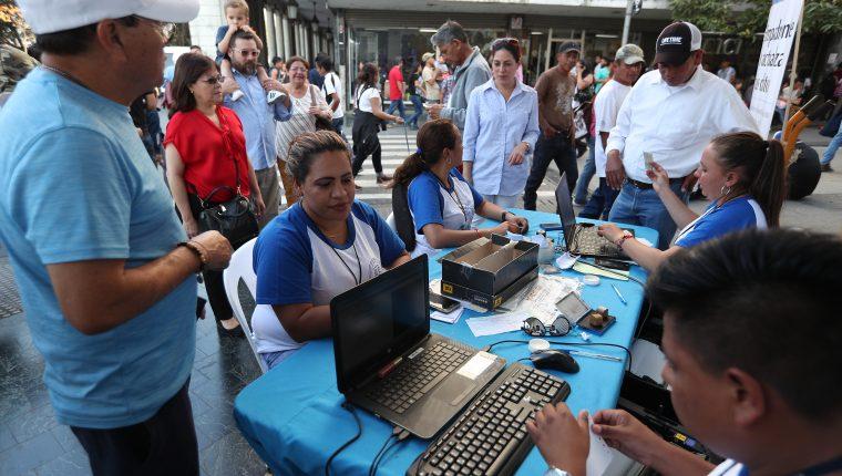 Uno de los puestos de empadronamiento con más participación de ciudadanos es la que se ubica en el Paseo de la Sexta. (Foto Prensa Libre: Carlos Hernández Ovalle)