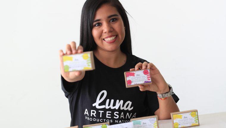 Lilibeth Franco, creadora de Luna Artesana, afirma que sus productos son amigables con el ambiente. (Foto Prensa Libre: Carlos Hernández Ovalle)