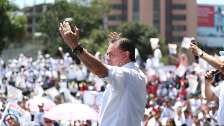 Mario Estrada Orellana, candidato a la presidencia por la UCN, durante el lanzamiento de su campaña.  (Foto Prensa Libre: Hemeroteca PL)