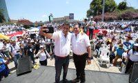 Mario Estrada candidato a la presidencia y Javier Castillo Valenzuela  candidato a la vicepresidencia durante el lanzamiento de campaña del partido politico UCN en la Plaza Obelisco el 23 de marzo pasado. (Foto Prensa Libre: Hemeroteca PL)