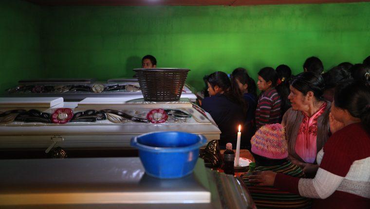 Velatorio de los restos de Miguel Tambriz y su esposa Martina Coty y su hija Nayeli, quienes murieron en el accidente vial ocurrido en el kilómetro 159.5 de la ruta Interamericana, Nahualá, Sololá. (Foto Prensa Libre: Carlos Hernández).