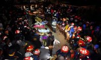 GU4001. NAHUALÁ (GUATEMALA), 28/03/2019.- Bomberos permanecen junto a los cuerpos de las víctimas en el lugar donde se produjo un atropello por un vehículo de transporte pesado en la entrada del casco urbano del municipio de Nahualá (Guatemala). Las autoridades de socorro, que en un primer momento habían informado de 30 muertos como consecuencia del atropello, rebajaron este jueves la cifra a 18 e indicaron que hay otras 19 personas heridas. EFE/Cortesía Cecilo Chacaj/Bomberos Municipales Departamentales