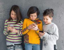 Los padres pueden orientar a sus hijos para que tengan criterio respecto lo que ven en Internet.  (Foto Prensa Libre: Servicios)
