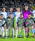 Los once iniciales de Guatemala posan durante los actos de protocolo, antes del inicio de un partido amistoso internacional entre Nicaragua y Guatemala. (Foto Prensa Libre: EFE)