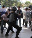 Miembros de la Policía Nacional intentan detener al reportero gráfico Luis Sequeira, de la agencia AFP, durante una manifestación contra el Gobierno de Daniel Ortega este sábado, en Managua (Nicaragua). La Policía de Nicaragua replegó con violencia este sábado a un grupo de periodistas que daban cobertura a una manifestación antigubernamental, en el marco de la grave crisis sociopolítica que afecta al país. AFP