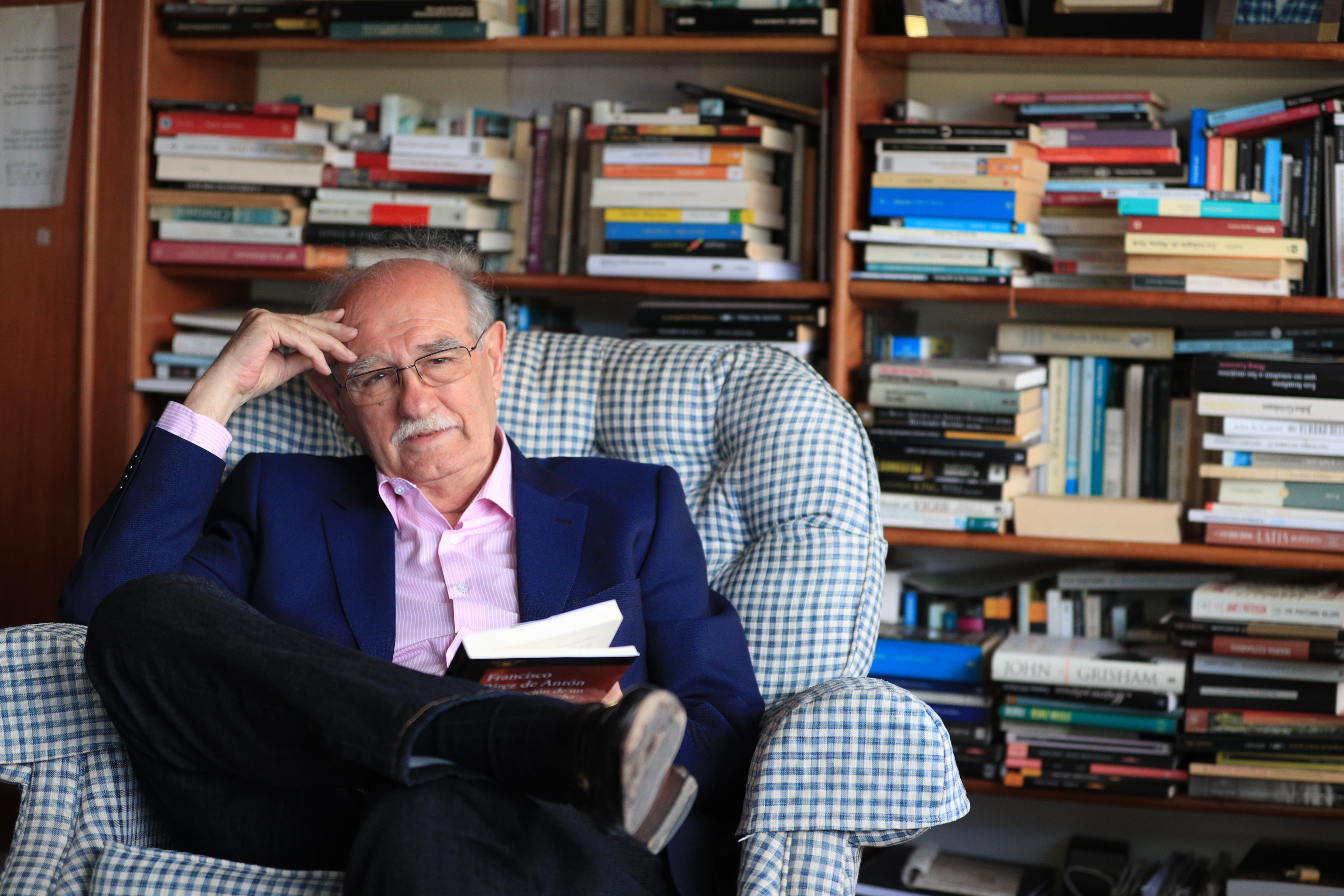 El escritor Francisco Pérez de Antón lanza su nuevo libro titulado La corrupción de un presidente sin tacha. (Foto Prensa Libre: Carlos Hernández).