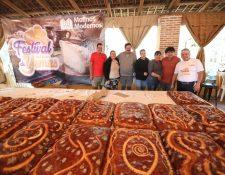 En el festival las familias se tomaron fotografías con el pan de yemas y posteriormente lo probaron. (Foto Prensa Libre: María Longo)