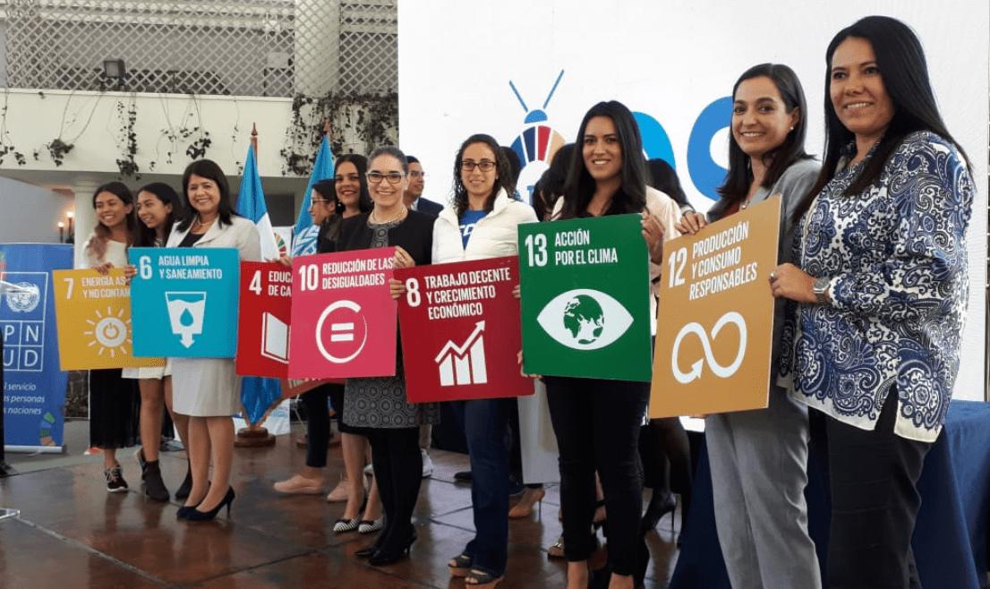 Representantes de los 10 proyectos que fueron reconocidos por sus aportes para las ciudades. (Foto Prensa Libre: Eslly Melgarejo).