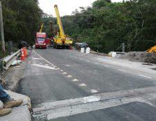 Maquinaria trabaja en el Puente Barranca Honda en la RN14. (Foto Prensa Libre: @COVIAL_CIV).