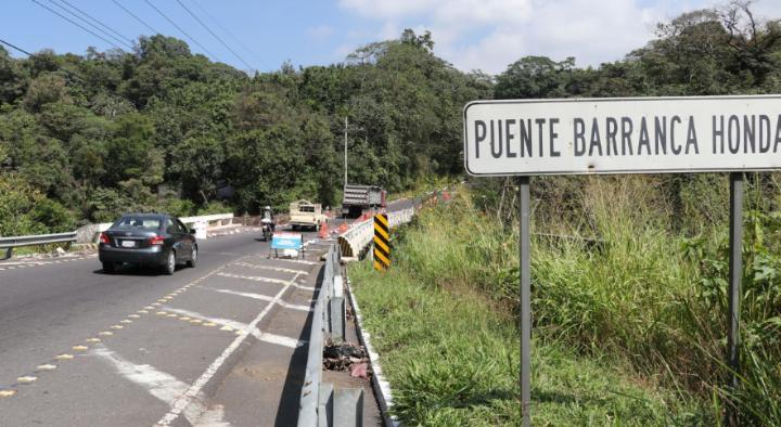 El paso por la Ruta Nacional 14 ha sido restringido en varias oportunidades, debido a los daños causados por la erupción del Volcán de Fuego. (Foto Prensa Libre: Carlos Paredes)