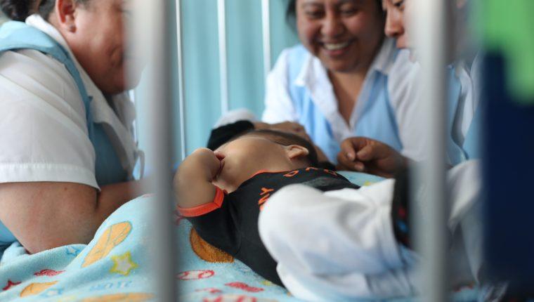 Los hermanos Pedro y Augusto Tut Xol cumplen seis meses, y los médicos evalúan si es posible separarlos. Ellos están unidos por el cráneo. (Foto Prensa Libre: Erick Ávila)                     011/03/2019