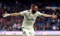 GRAF3503. MADRID, 31/03/2019.- El delantero del Real Madrid Karim Benzemá celebra tras marcar el tercer gol ante el Huesca, durante el partido de Liga en Primera División disputado este domingo en el estadio Santiago Bernabéu, en Madrid. EFE/JuanJo Martín