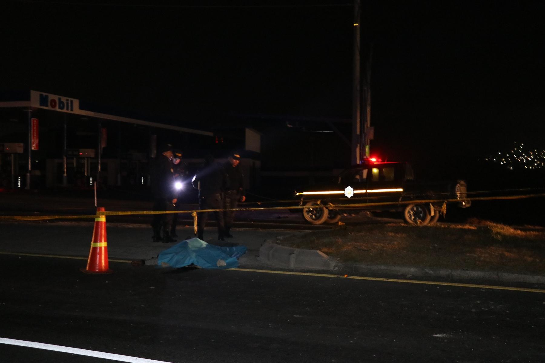 En la circunvalación de Salcajá se localizaron dos cadáveres, victimas del accidente. (Foto Prensa Libre: María Longo)