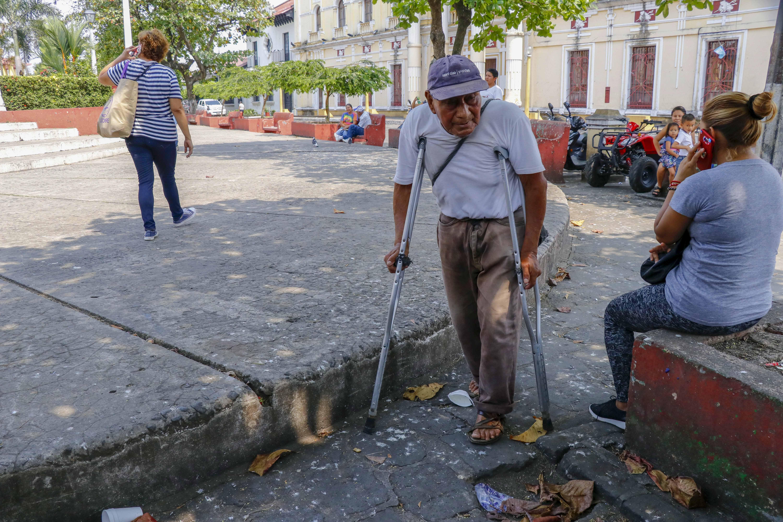 La falta de infraestructura adecuada afecta a personas que se movilizan con muletas por Retalhuleu. (Foto Prensa Libre. Rolando Miranda).