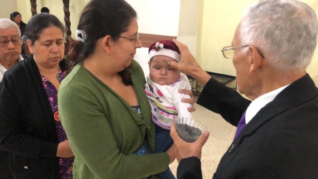 En Alta Verapaz las personas llevaron a sus niños para participar. (Foto Prensa Libre: Rolando Miranda. )