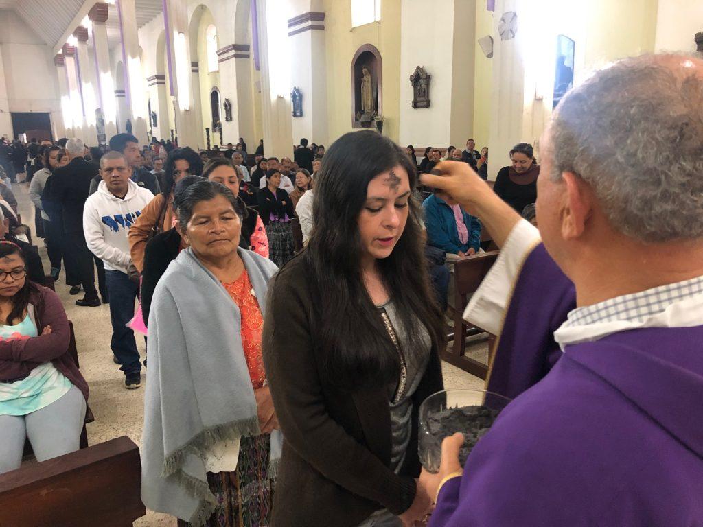 En Cobán las personas se acercaron a las iglesias desde tempranas horas de la mañana.  (Foto Prensa Libre: Eduardo Sam Chun.)