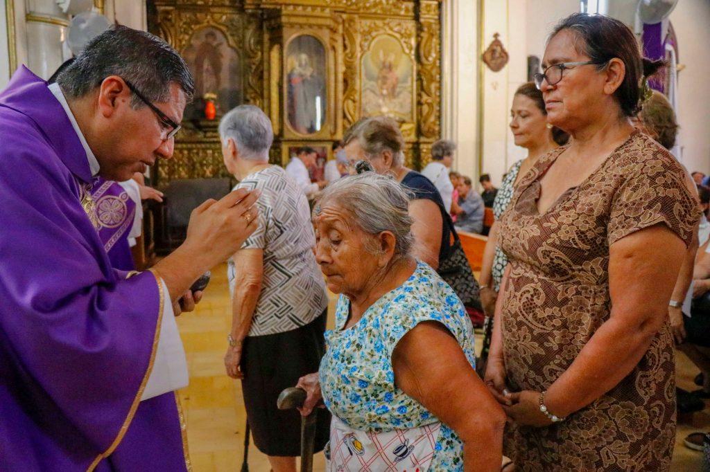 En Retalhuleu se hicieron largas filas para reicibir la señal de la cruz. (Foto Prensa Libre: Rolando Miranda.)