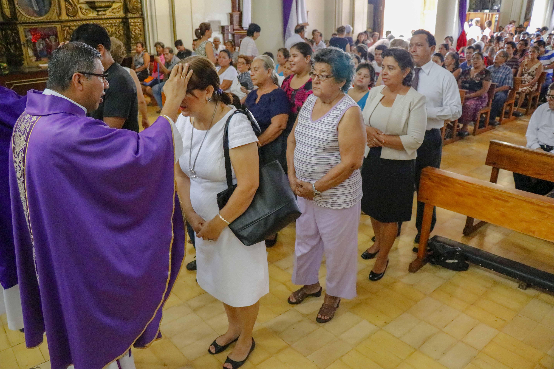 Fieles católicos recibieron la imposición de ceniza en las iglesias. (Foto Prensa Libre: Rolando Miranda.)