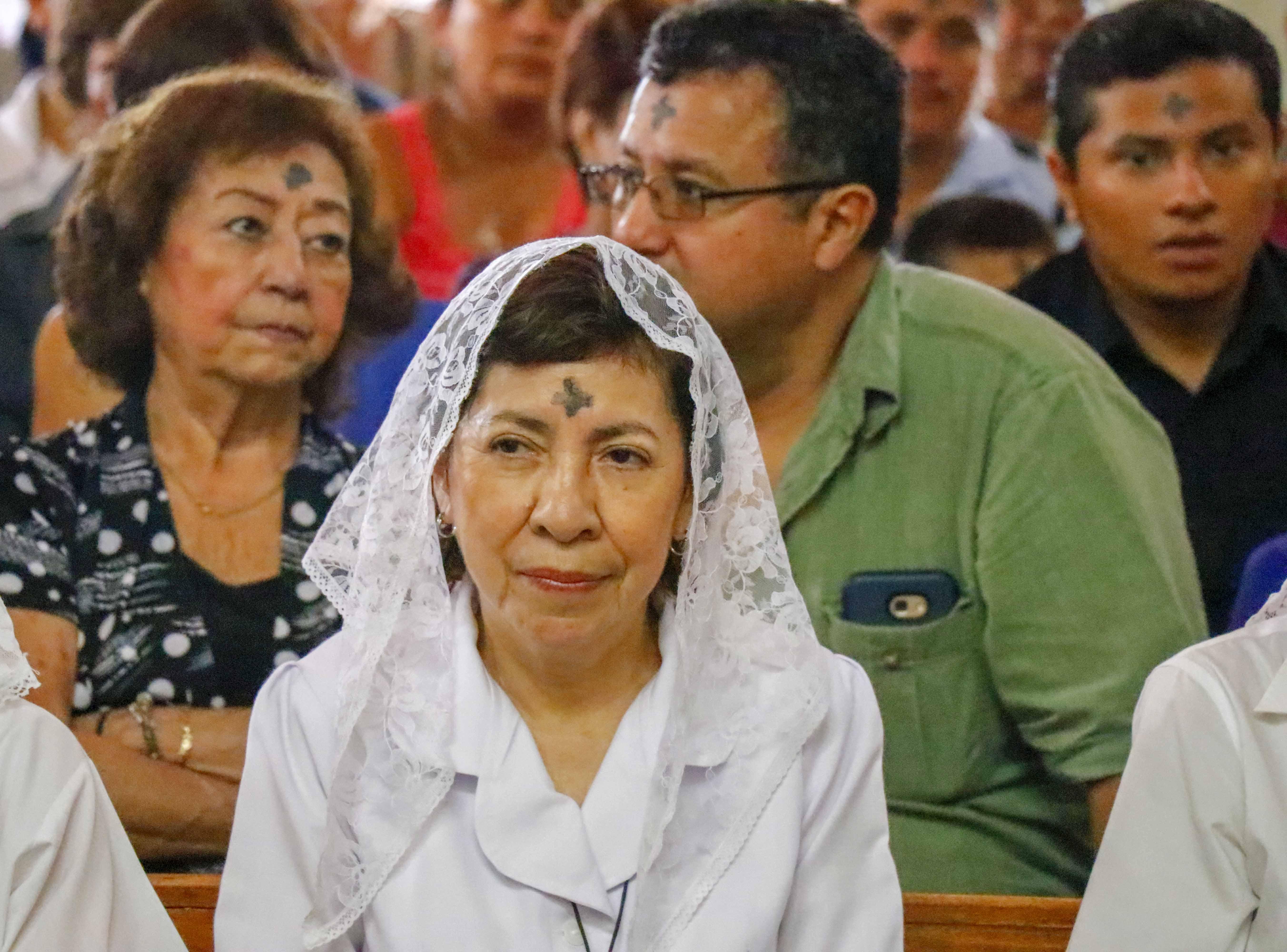El símbolo de la cruz en la frente marca el compromiso con la iglesia y la reafirmación de la fe. (Foto Prensa Libre: Rolando Miranda.)