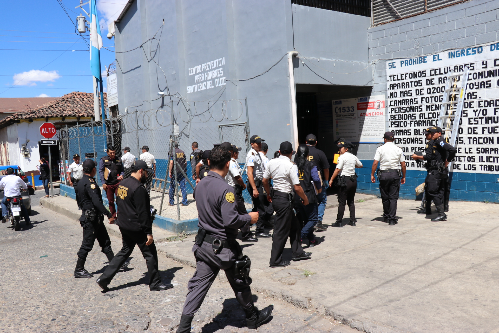 Agentes de la Policía Nacional Civil y fiscales del MP ingresan al preventivo para hombres en Santa del Quiché. (Foto Prensa Libre: Héctor Cordero).