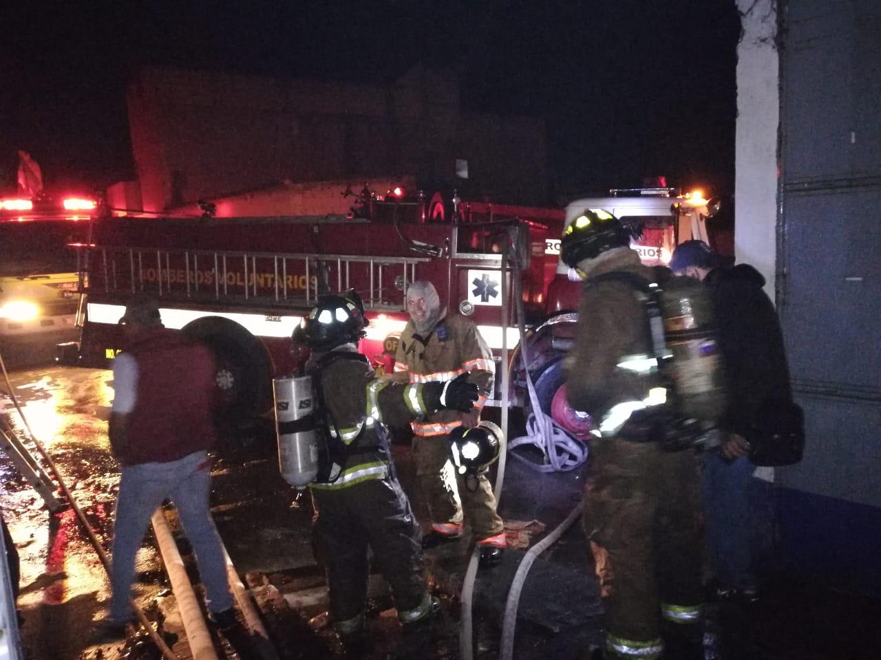 Socorristas de los Bomberos Voluntarios de Santa Cruz del Quiché sofocan incendio en bodega de frituras.  (Foto Prensa Libre: Héctor Cordero).