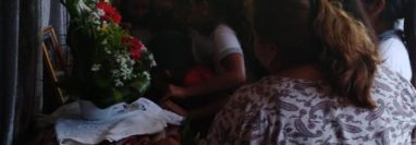 Familiares y vecinos de la comunidad Nicá, Malacatán, San Marcos, velan cuerpos de dos migrantes que murieron en accidente en Chiapas. (Foto Prensa Libre: Whitmer Barrera).