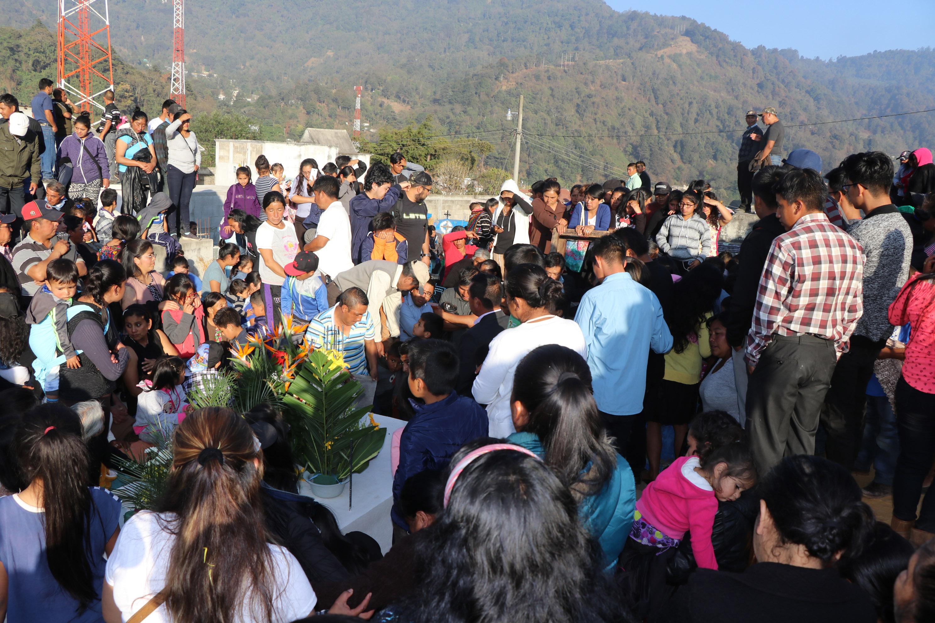 Decenas de pobladores asistieron al sepelio de los migrantes en San Antonio Sacateepéquez, San Marcos. (Foto Prensa Libre: Whitmer Barrera).