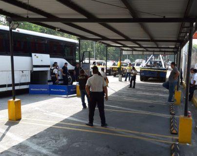 Supuesto delincuente muere en asalto a bus pullman. (Foto Prensa Libre: Carlos Enrique Paredes)