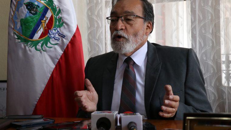Esta mañana el alcalde Luis Grijalva explicó las razones por las que no estuvo en al reunión de anoche. (Foto Prensa Libre: María Longo)