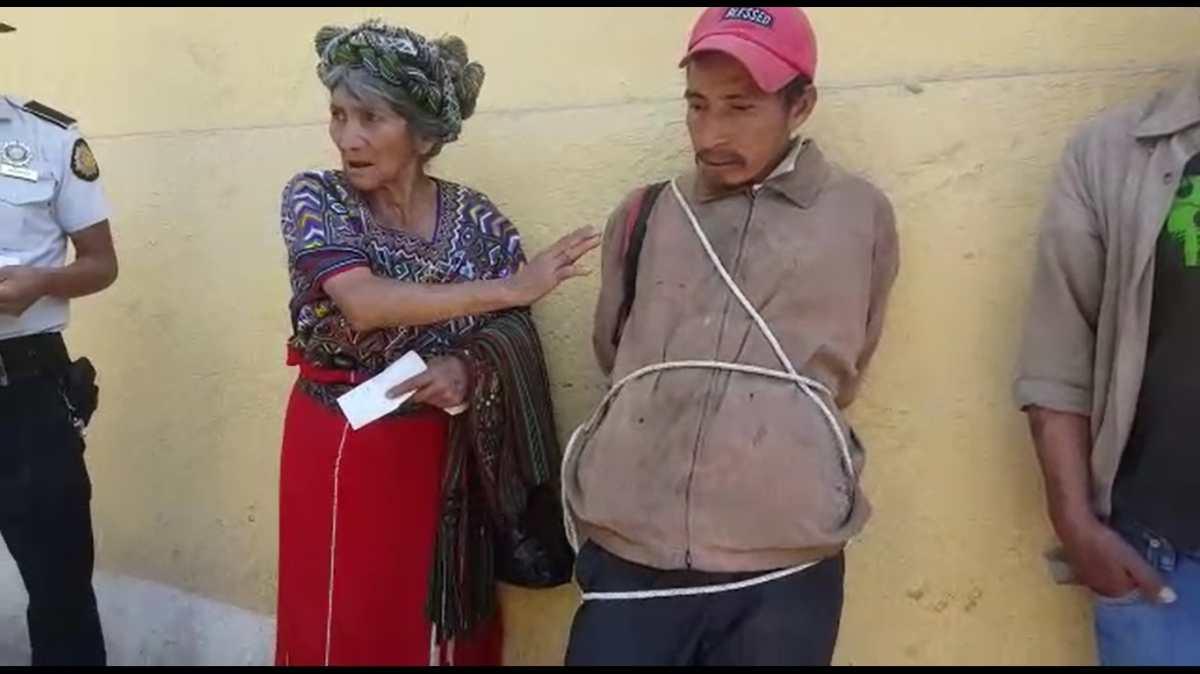 Mujer cansada de que autoridades no actuaran detiene y amarra a supuesto ladrón