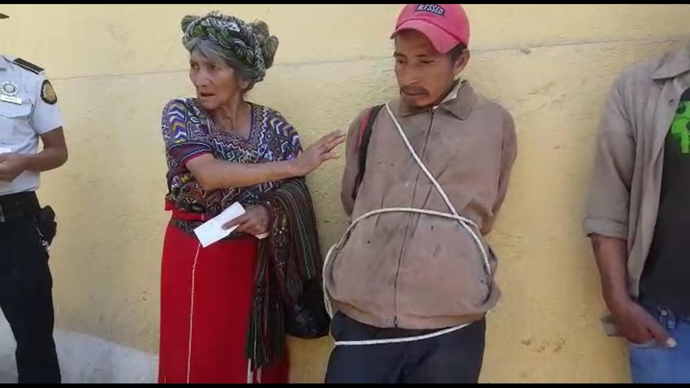 Elena Cedillo Raymundo junto a Gumercindo Ceto Brito, a quien acusa de haberle robado sus pertenencias. (Foto Prensa Libre: Héctor Cordero).